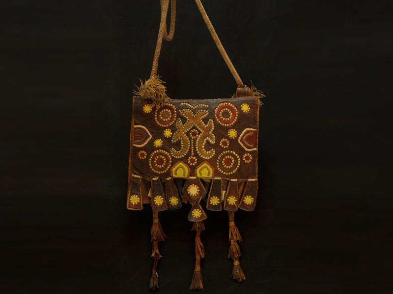 Akrab. Bolso bereber hombre cuero bordado antiguo